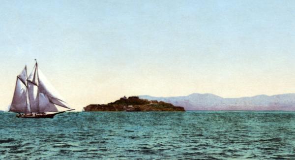 Alcatraz mit Segler